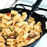 Pasta with Leeks and Bacon #WeekdaySupper | theredheadbaker.com