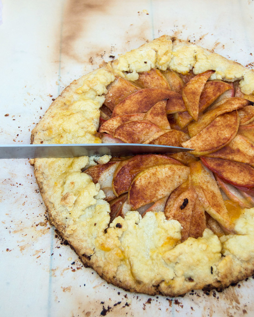 Cooler nights call for warm dessert. This honeycrisp apple tart combines sweet-tart apples, cinnamon and pie crust with no special baking dishes required! #SundaySupper TheRedheadBaker.com